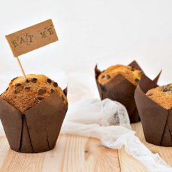 Muffin con gocce di cioccolato nei pirottini a tulipano marroni